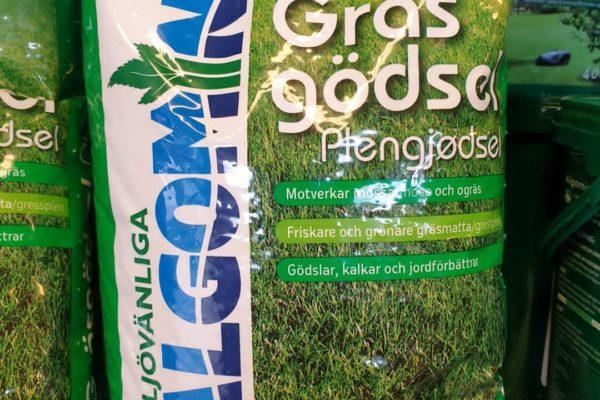 Säckar med gräsmattegödsel